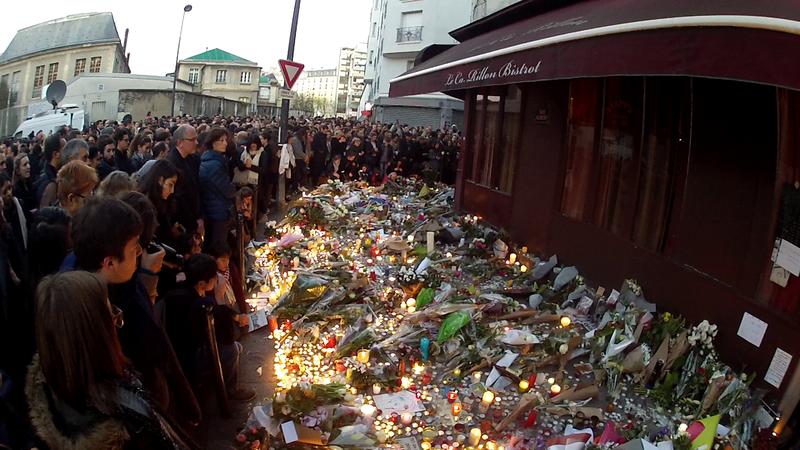 Rassemblement devant Le Carillon à Paris le dimanche suivant les attentats du 13 novembre 2015 en France. Photo: Citron via Wikimedia Commons.